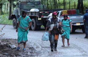Pobladores afectados por las lluvias e inundaciones tras el paso de Eta, caminan en una carretera del distrito de Tierras Altas, en Chiriquí. Foto: EFE
