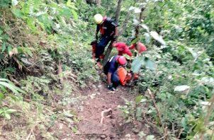 Las tareas de rescate se tornaron difíciles debido al ascenso que debieron realizar los rescatistas por un sendero estrecho y resbaladizo.