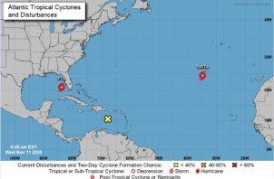 Una onda tropical ubicada sobre el este del Mar Caribe está produciendo lluvias y tormentas desorganizadas actualmente.