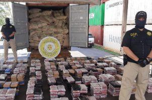 Policía Nacional decomisa 19 maletines con presunta droga que tenía como destino final Israel. Foto:Cortesía