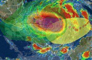 Iota, que la madrugada de este lunes se intensificó hasta convertirse en un huracán de categoría mayor, alcanzó esta mañana la categoría 5, la máxima en la escala Saffir Simpson.