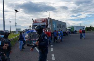 Los transportistas cerraron los Cuatro Altos y la autopista. Foto: Diómedes Sánchez S.