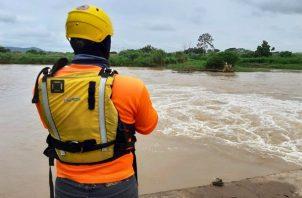 Sinaproc recomendó no cruzar ríos crecidos.