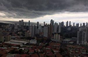 La onda tropical número 47 está produciendo la nubosidad que se aprecia sobre la ciudad capital.
