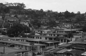 Han pasado muchos años y las autoridades todavía no han desarrollado un plan eficiente y completo de prevención y evacuación rápida de las familias que viven sobre los frágiles cerros. Foto: Epasa.