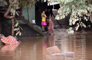 """Las personas incomunicadas suman unas 105,000 y las rescatadas 122,784, mientras que 35,000 viviendas han sido dañadas, muchas de ellas destruidas. Además, se han registrado edificios públicos y escuelas dañados, 37 puentes """"completamente destruidos y 53 con daños severos. Foto: EFE"""