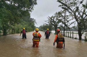 El personal del Centro de Operaciones de Emergencias de Veraguas suministra víveres y enseres. Foto: Melquiades Vásquez A.