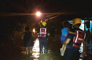 Un informe del Centro de Operaciones de Emergencia de Los Santos da cuenta que 70 personas, entre ellas 55 adultos y 15 niños resultaron afectados por la inundación. Foto: Thays Domínguez