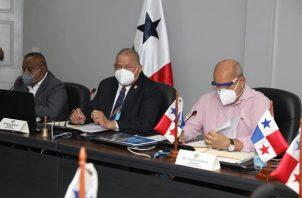 La Comisión de Presupuesto de la Asamblea Nacional es presidida por Benicio Robinson (centro).