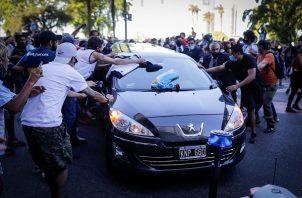Hinchas rodearon el cortejo fúnebre de Diego Maradona durante su salida de la Casa Rosada. Foto:EFE