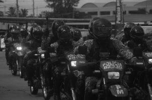 Las personas al margen de la ley, buscan la manera de delinquir, mientras la Policía Nacional afronta el reto de atender a sus unidades contagiadas para que se recuperen pronto. Foto: Víctor Arosemena. Epasa.