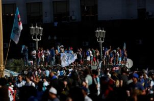 Simpatizantes de Diego Armando Maradona expresan su afecto frente a la Casa Rosada previo a la salida de su cortejo fúnebre, en Buenos Aires. EFE
