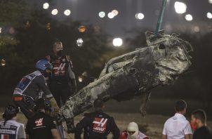 El auto de Romain Grosjean se incendió.
