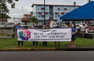 Con pancartas se apostaron en el parque central de la ciudad de Colón. Foto: Diómedes Sánchez S.