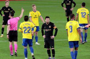 Messi no pudo evitar la debacle del Barcelona, que se aleja cada vez más de la cima. EFE