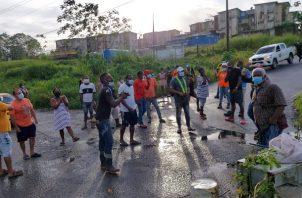 Moradores de las multifamiliares de Río Alejandro protestan por falta de agua.
