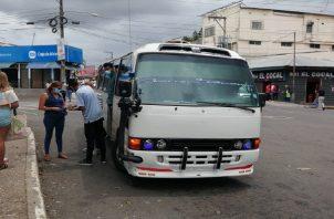 El director provincial de la ATTT, Javier Ortiz, advirtió que se procedería a sancionar a los conductores que sobrepasen el límite de personas a transportar. Foto: Eric Montenegro