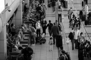 El aspecto más ridículo de las argumentaciones es que la pandemia no se inició por la vía de los contactos con el exterior. En el 2019, más de 16.5 millones de pasajeros pasaron por el aeropuerto de Tocumen. Foto:EFE.