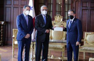 El mandatario Laurentino Cortizo recibió el cheque de manos del administrador de la Autoridad del Canal de Panamá (ACP), Ricaurte Vásquez, y en presencia del ministro de Asuntos para el Canal, Aristides Royo.