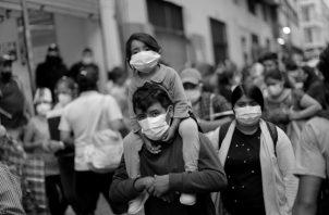 Veo en los medios una impresionante ansiedad por la COVID-19 y en las calles cantidad de personas con tapabocas, lo que demuestra que la opinión pública también está muy inquieta. Foto: EFE.