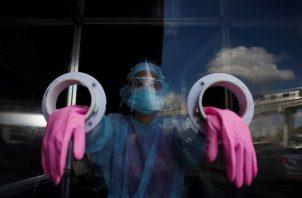 A la fecha se aplicaron 17.484 pruebas nuevas de contagio de coronavirus, un nuevo récord para Panamá. Foto: EFE