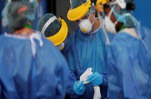 Personal médico sigue en la primera línea de batalla contra la COVID-19.