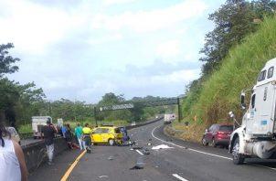 A pocos metros de la colisión se encontraba el cuerpo del estudiante graduando del colegio Abel Bravo, Isaac Kelly de 17 años de edad.