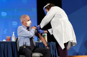 Anthony Fauci recibió hoy la vacuna contra la COVID-19. EFE