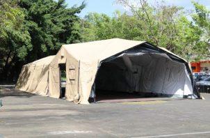 En medio de la pandemia de COVID-19 las autoridades de salud han tenido que improvisar carpas que funcionarán como salas hospitalarias.