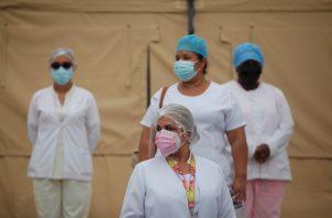 Personal médico del Minsa se mantiene en la primera línea de batalla contra la COVID-19 en Panamá. Foto: EFE