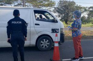 Las personas deben portar cédula, licencia de conducir y documentos que acrediten el motivo de su llegada. Foto: Thays Domínguez