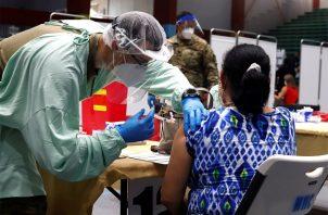 Una mujer recibe hoy la vacuna de Moderna contra la COVID-19 en el Coliseo Pedrín Zorrilla, en San Juan (Puerto Rico). Foto: EFE