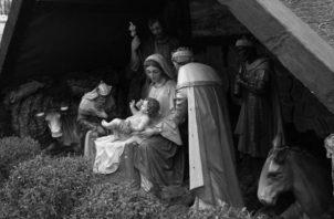 Cristo vive nuestra realidad humana plenamente. Por eso nace pobre, en extremo pobre y se identifica con los más pobres del mundo. Vive la realidad de la total marginación. Foto: EFE.