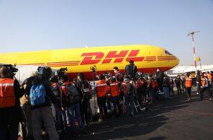 Periodistas observando el desembarque con las primeras vacunas contra la COVID-19, procedentes de Bélgica, al aeropuerto Internacional de La Ciudad de México. Foto: EFE