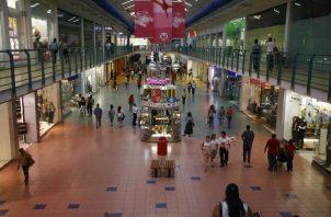 El Minsa le solicita a los ciudadanos seguir guardando el distanciamiento social en medio de sus compras.