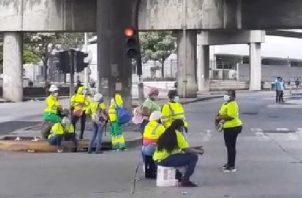 Desde el lunes 21 de diciembre los funcionarios han estado realizando cierres y protestas exigiendo el pago de este bono.