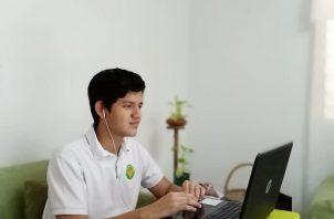 Los estudiantes graduados son tanto del sector oficial como particular.