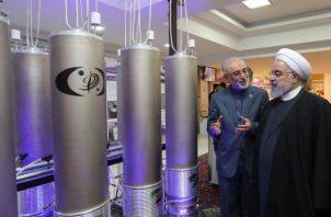 El presidente iraní, Hasan Rohani, inspecciona planta nuclear en Teherán. EFE