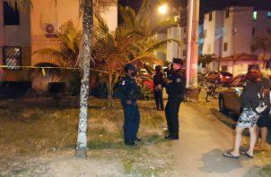 La Policía Nacional mantiene acordonado todo el perímetro donde fue asesinado el hombre. Foto: Diómedes Sánchez S.