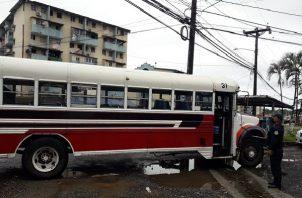 Los agentes policiales encontraron dentro del bus 15 cajas de cerveza.