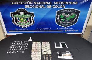 Con la evidencia obtenida durante el allanamiento, el ciudadano fue esposado y llevado a la sede de la Policía Nacional para iniciar la investigación por microtráfico.