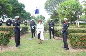 La viceministra  de Gobierno, Juana López, encabezó los actos en el Jardín de Paz.