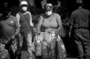 Para el gremio de los comerciantes es la población y no ellos los que deben cargar con el costo de la pandemia. Foto: EFE.