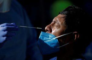 Un hombre se realiza una prueba de hisopado para detectar la covid-19 en un puesto express en Panamá. Foto: EFE