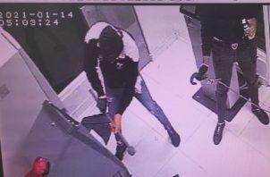Una fotografía del video de una cámara de vigilancia muestra que el hurto se ejecutó este jueves 14 de enero.
