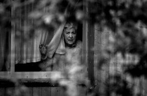 Sin ingresos, más que un subsidio o jubilación muy pobre, tienen que comprar medicinas porque el Seguro Social no tiene la capacidad de responder. Sienten soledad y sus opciones son muy limitadas. Fotos: EFE.