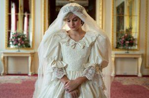 Princess Diana (Emma Corrin) en una escena de la serie. Foto: EFE / Des Willie / Netflix