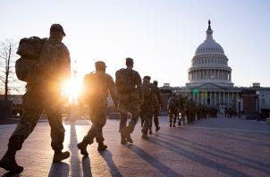 Miembros de la Guardia Nacional de Estados Unidos custodian los terrenos del Capitolio. Foto: EFE