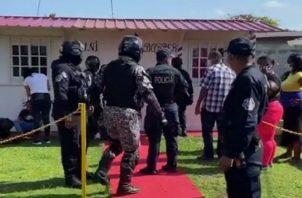 Entre los detenidos la Policía Nacional incautó un arma de fuego.