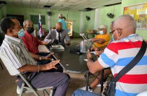 """Jairo """"Bolota"""" Salazar se reunió con el presidente de los jubilados y pensionados, Arturo Navarreta.  Foto: Diómedes Sánchez"""